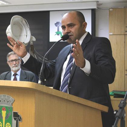 Vereador De Paula discursa na tribuna da Câmara Municipal de Osasco
